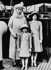 0 WC Queen_Mary_with_Princess_Elizabeth_and_Margaret